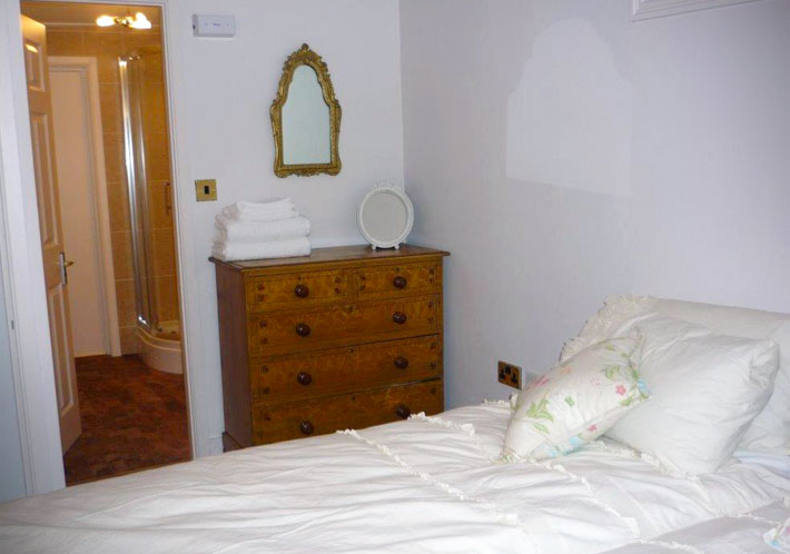 Double Bedroom with en-suite bathroom at Longhouse cottage in Staithes
