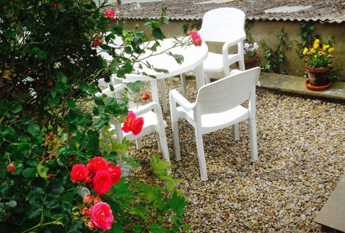 Attractive courtyard patio at Longhouse cottage in Staithes