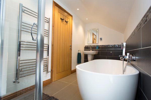 modern bathroom in Chestnut Barn holiday cottage